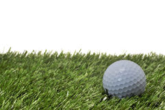 Bille de golf sur l'herbe avec le fond blanc images libres de droits