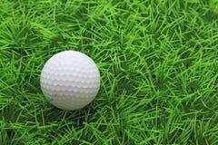 Bille de golf sur l'herbe verte Photo libre de droits