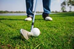 Bille de golf sur l'herbe verte photographie stock