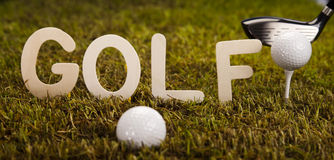 Bille de golf sur l'herbe verte Photos stock