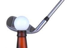 Bille de golf sur la bouteille avec du fer Image stock