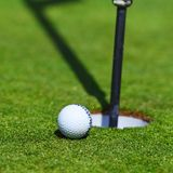 Bille de golf sur la languette de la cuvette Photo stock