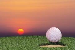 Bille de golf sur la languette de la cuvette Images stock