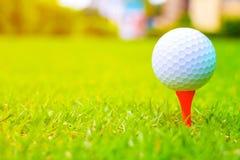 Bille de golf sur le cours Bille de golf sur le té orange images libres de droits