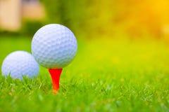 Bille de golf sur le cours Bille de golf sur le té orange photos stock