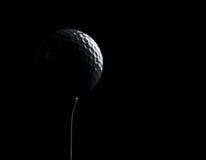 Bille de golf sur le fond noir avec l'espace de copie Images stock