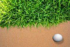Bille de golf sur le sable Photos stock