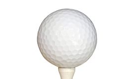 Bille de golf sur le té images stock
