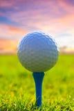 Bille de golf sur le té photographie stock