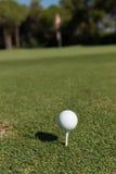 Bille de golf sur le té image stock