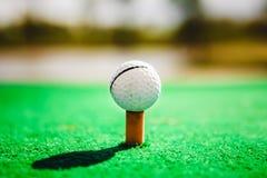 Bille de golf sur le té photo stock