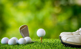 Bille de golf sur le té images stock