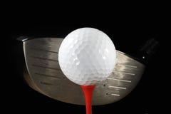 Bille de golf sur le té avec le gestionnaire photo stock