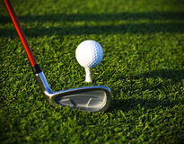 Bille de golf sur le té et le gestionnaire images stock