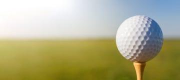 Bille de golf sur le té Fin vers le haut image stock