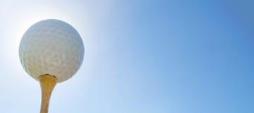 Bille de golf sur le té Fin vers le haut photographie stock libre de droits