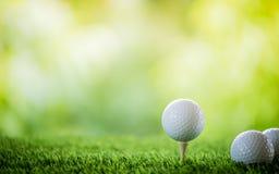 Bille de golf sur le t? image stock