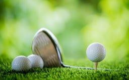 Bille de golf sur le t? photo stock