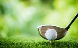 Bille de golf sur le t? photo libre de droits