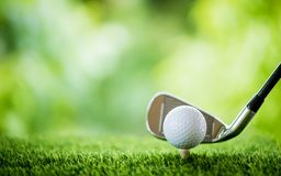 Bille de golf sur le t? images libres de droits