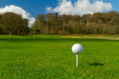 Bille de golf sur un cours idyllique Photos libres de droits
