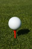 Bille de golf sur un té images stock