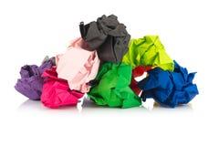 Bille de papier coloré chiffonné D'isolement sur le fond blanc image stock