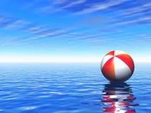 Bille de plage flottant au-dessus de la mer isolée Photos libres de droits