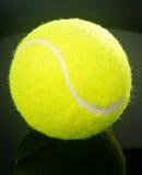 Bille de tennis au-dessus de fond noir Images libres de droits