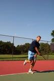 Bille de tennis de portion de jeune homme Images libres de droits