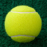 Bille de tennis jaune Images libres de droits