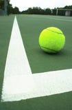 Bille de tennis sur la cour Image stock