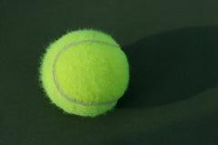 Bille de tennis sur la cour Image libre de droits