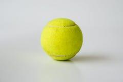 Bille de tennis sur le fond blanc Image libre de droits