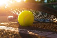 Bille de tennis sur un court de tennis Photos stock