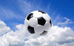Bille du football dans le ciel Image stock