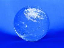Bille en cristal sur un bleu Photo libre de droits