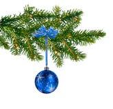 Bille en verre bleue sur l'arbre de Noël Image libre de droits