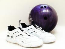 Bille et chaussures de bowling Photographie stock libre de droits