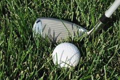 Bille et club de golf dans la longue herbe Images libres de droits