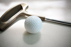 Bille et putter de golf sur le blanc Photo stock