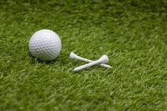 Bille et té de golf sur l'herbe verte photos libres de droits