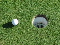 Bille et trou de golf Images libres de droits