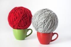 Bille grise et rouge de filé pour le tricotage Image stock