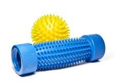 Bille jaune de massage avec un massager bleu de pied. Photographie stock libre de droits