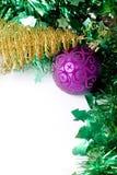 Bille pourprée et arbre de Noël d'or Photos libres de droits
