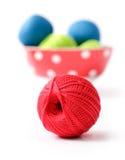 Bille rouge de filé pour le tricotage Photographie stock