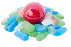 Bille rouge différente et pierres en verre. Images libres de droits