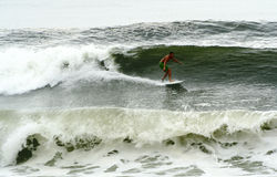 billen medf8or surfa waves för orkan Arkivfoto