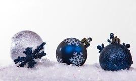 Billes argentées et bleues de Noël Photos libres de droits